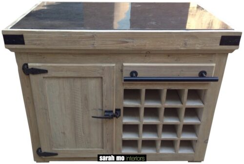 Keukeneiland in old pine met 1 deur, wijnrek en tablet in blauwe steen - Keuken - Landelijke meubels en verlichting - Sarah Mo